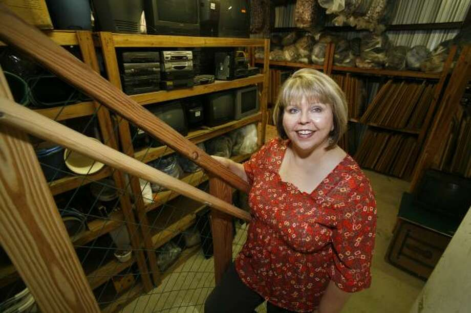 Jana Stafford, owner of JPS Corporate Services, furnishes extras like dishes and linens for apartments rented by corporations. Photo: STEVE UECKERT, CHRONICLE