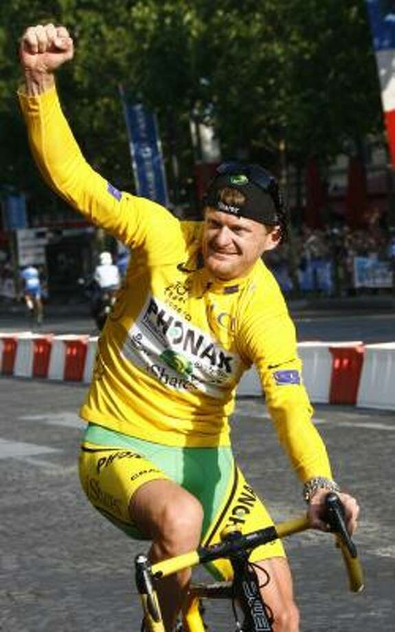 Phonak's team rider Floyd Landis, wearing the leader's yellow jersey, celebrates as he takes his lap of honour around the Champs Elysees. Photo: STEFANO RELLANDINI, REUTERS