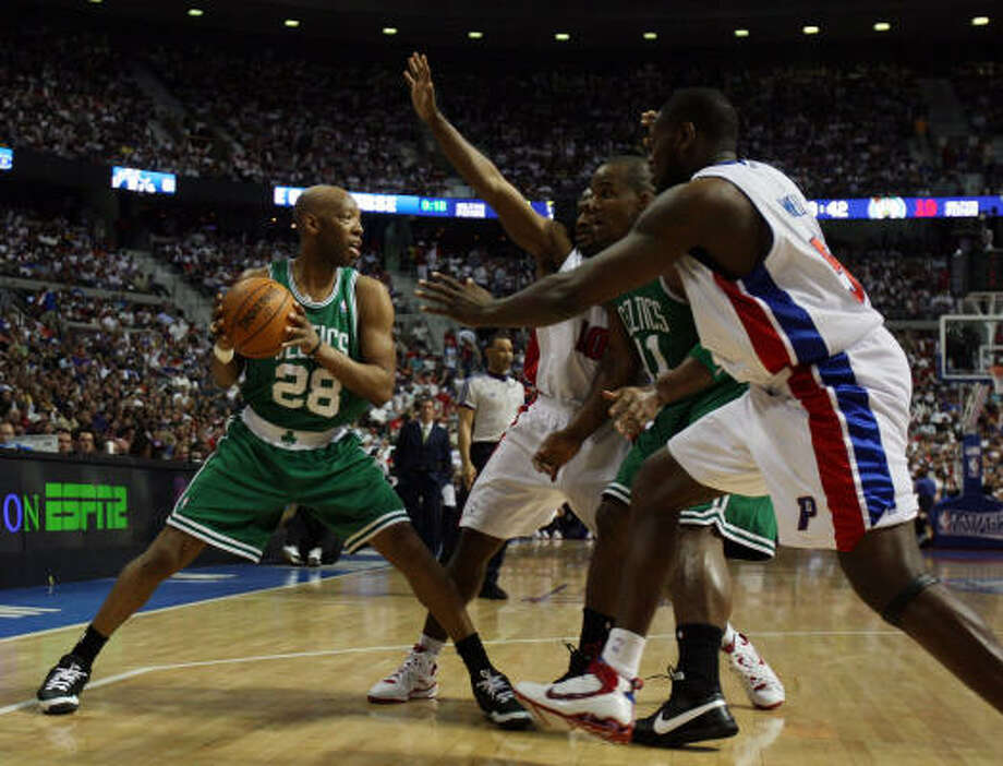 Sam Cassell (28) handles the ball against the Detroit Pistons.He finished without an assist or a point. Photo: Elsa, Getty Images