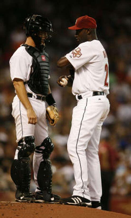 Brad Ausmus, talking with LaTroy Hawkins, ends a 10-year Astros career. Photo: Karen Warren, Houston Chronicle