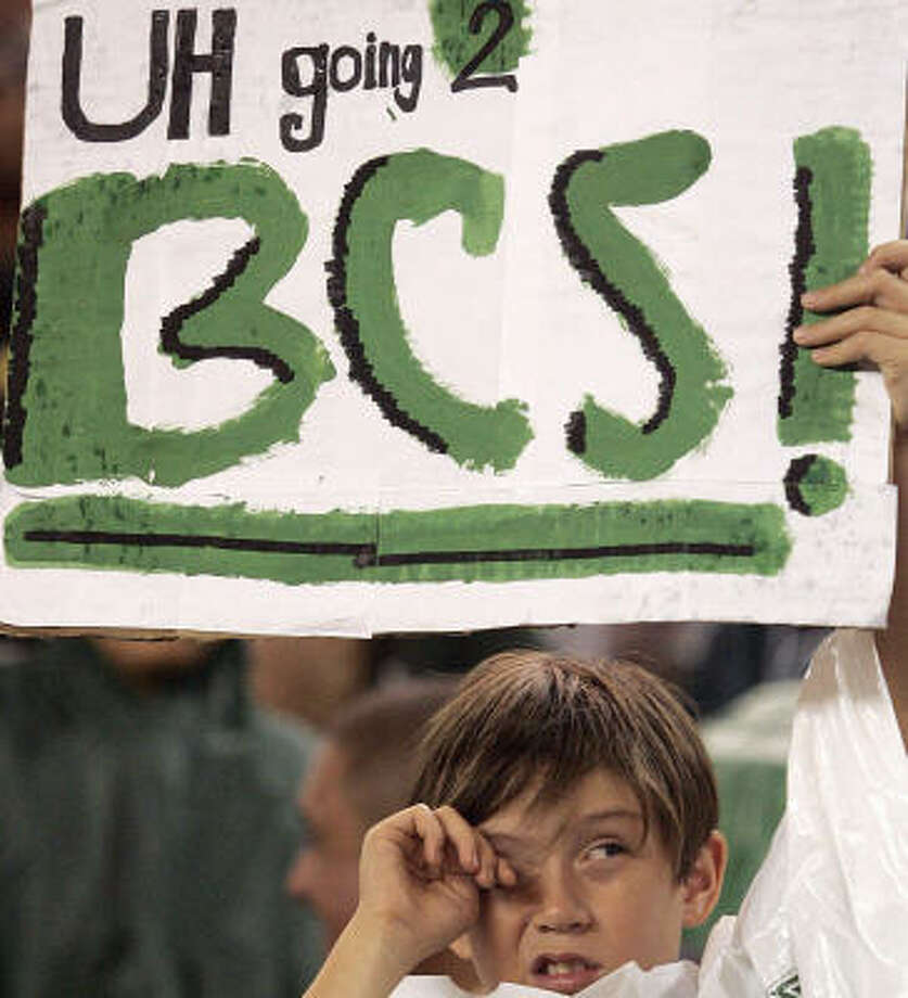 Hawaii fan Matthew Alfelor, 10, holds a sign supporting Hawaii's quest to play in a BCS game. Photo: Marco Garcia, AP