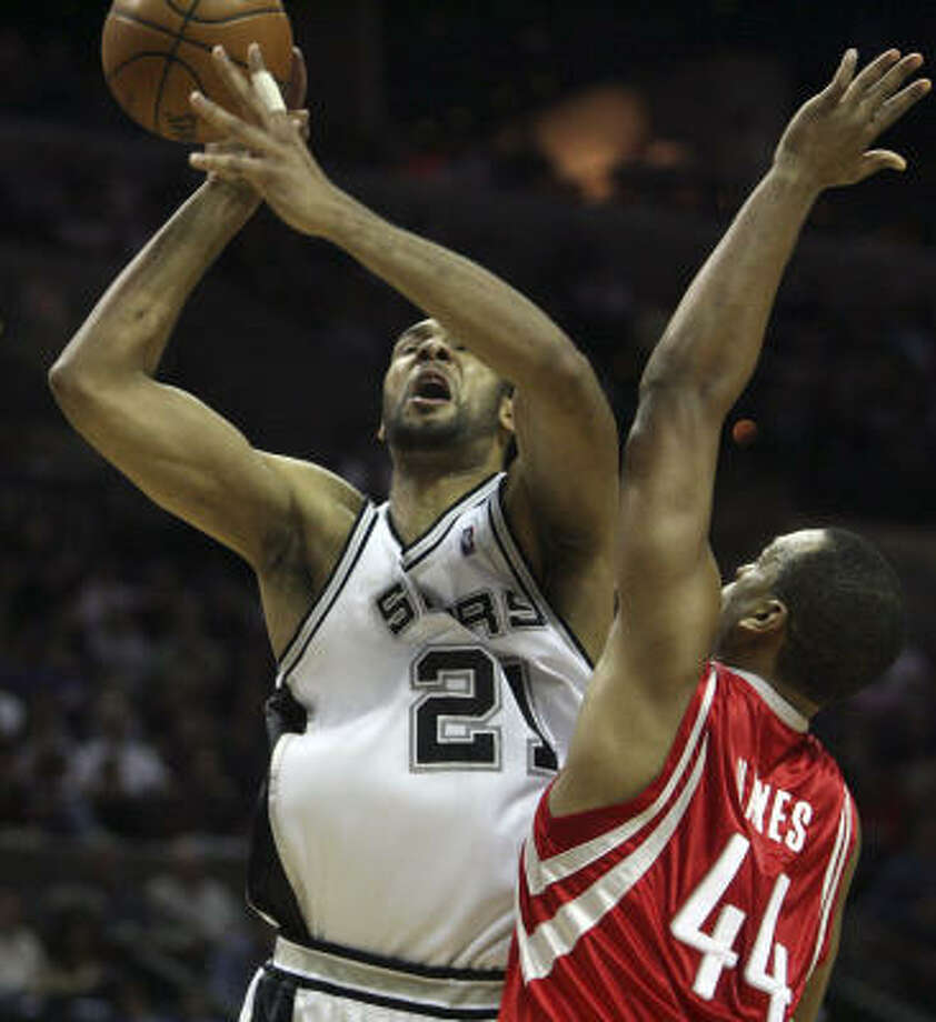 Spurs forward Tim Duncan, left, never had to enter the game in the fourth quarter with San Antonio comfortably ahead. Photo: Delcia Lopez, AP