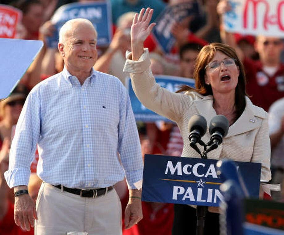 Los candidatos a presidente y vicepresidente del Partido Republicano, John McCain y Sarah Palin, respectivamente, saludan a partidarios en Misuri el domingo pasado. Photo: Whitney Curtis, Getty Images