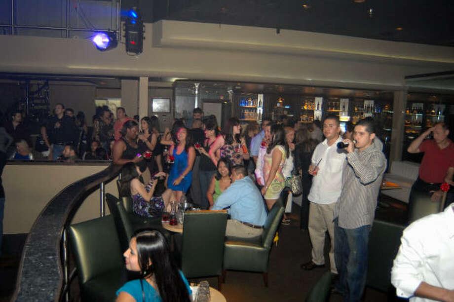 La mezcla de hispanos de diferentes países hace que la fiesta sea más divertida. Photo: Tre' Ridings, Para La Vibra