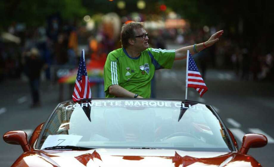 Parade marshal Drew Carey waves to spectators. Photo: JOSHUA TRUJILLO / SEATTLEPI.COM