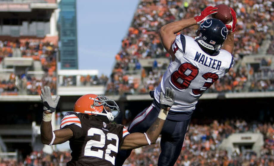 Texans receiver Kevin Walter hauled in a 17-yard TD pass over Browns DB Brandon McDonald on the first drive. Photo: James Nielsen, Chronicle