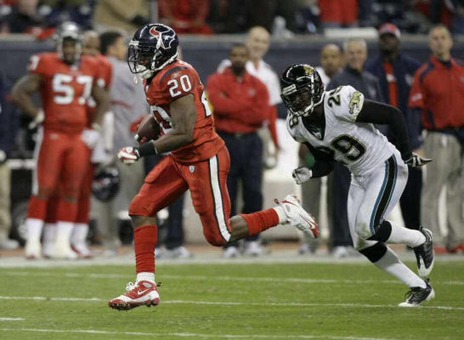 Texans running back Steve Slaton (20) proved elusive on Monday night, when he ran for 130 yards and two touchdowns and left Jacksonville defenders such as cornerback Brian Williams (29) in his wake. Photo: Brett Coomer, Chronicle