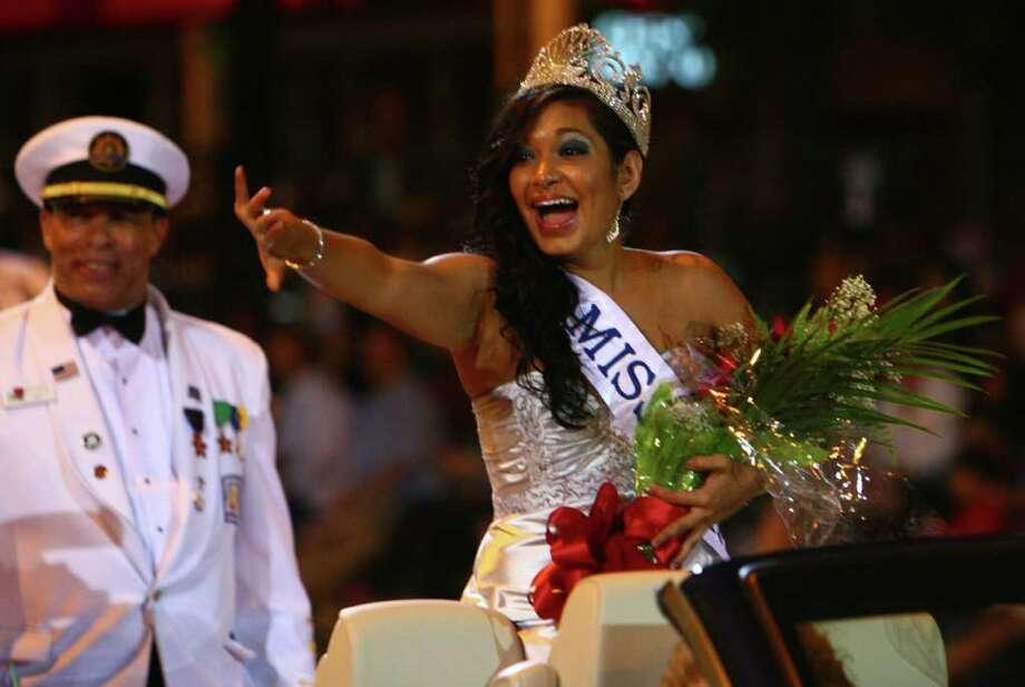 Miss Seafair, Veronica Quintero, waves to spectators. Photo: JOSHUA TRUJILLO / SEATTLEPI.COM