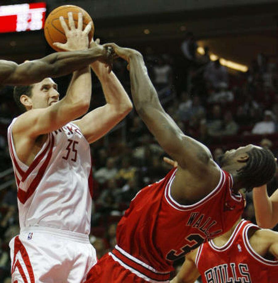 Scott Padgett, left, had a hard time cracking the Rockets rotation this season. Photo: Kevin Fujii, Chronicle