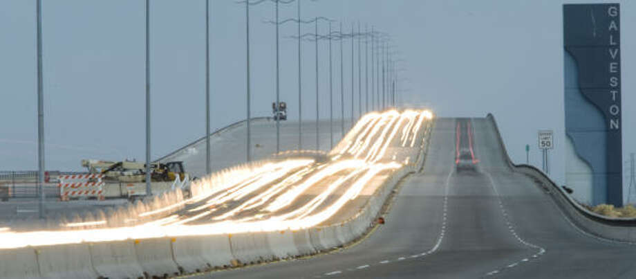La autopista hacia Galveston fue reabierta por las autoridades, que permitieron el regreso de los residentes el miércoles en la mañana. Photo: Brett Coomer, Chronicle