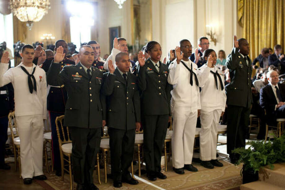 El camino a la ciudadanía es uno de los puntos más conflictivos de la reforma. Obama, que el 1 de mayo presidió esta ceremonia de naturalización, prometió impulsar la discusión. Photo: Pete Souza, EFE