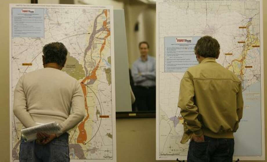 Concerned citizens examine maps of the proposed I-69/Trans-Texas Corridor before a public hearing on the project Tuesday in Houston. Similar hearings have been held in surrounding counties. Photo: KEVIN FUJII, CHRONICLE