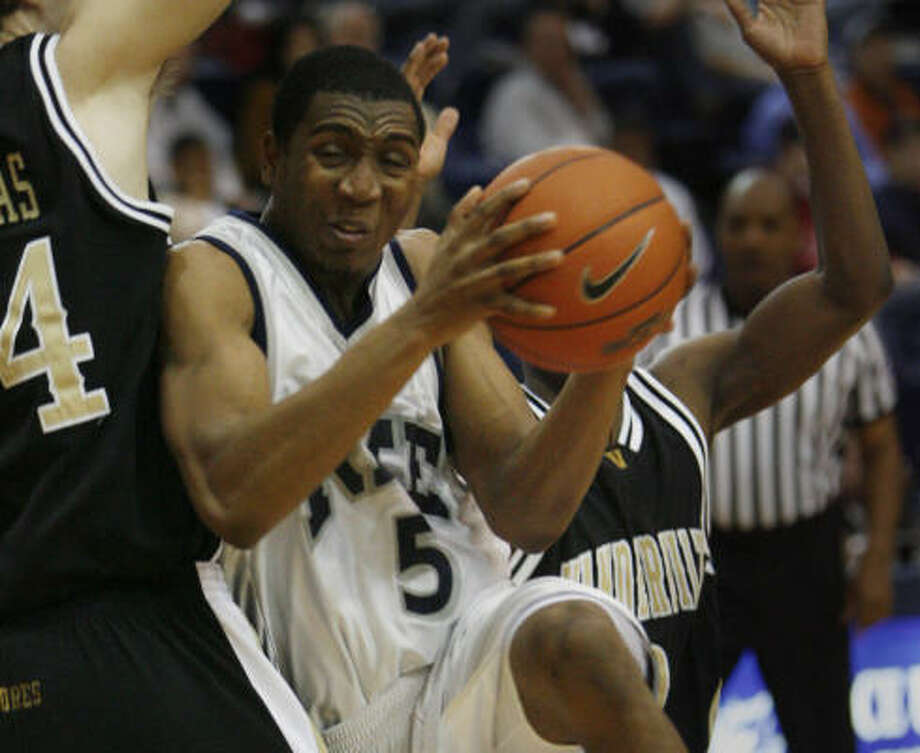 Lorenzo Williams tries to slip past the Commodore's tight defense during the first half. Photo: Kevin Fujii, Chronicle