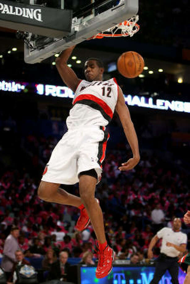 LaMarcus Aldridge of the Sophomore team slam dunks during the T-Mobile Rookie Challenge & Youth Jam portion of 2008 NBA All-Star Weekend. Photo: Chris Graythen, Getty Images