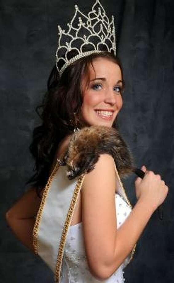 Dakota Abbott, named 2008 Miss Outdoors, was one of two to enter the pageant's muskrat skinning contest. Photo: PRESTON KERES, WASHINGTON POST