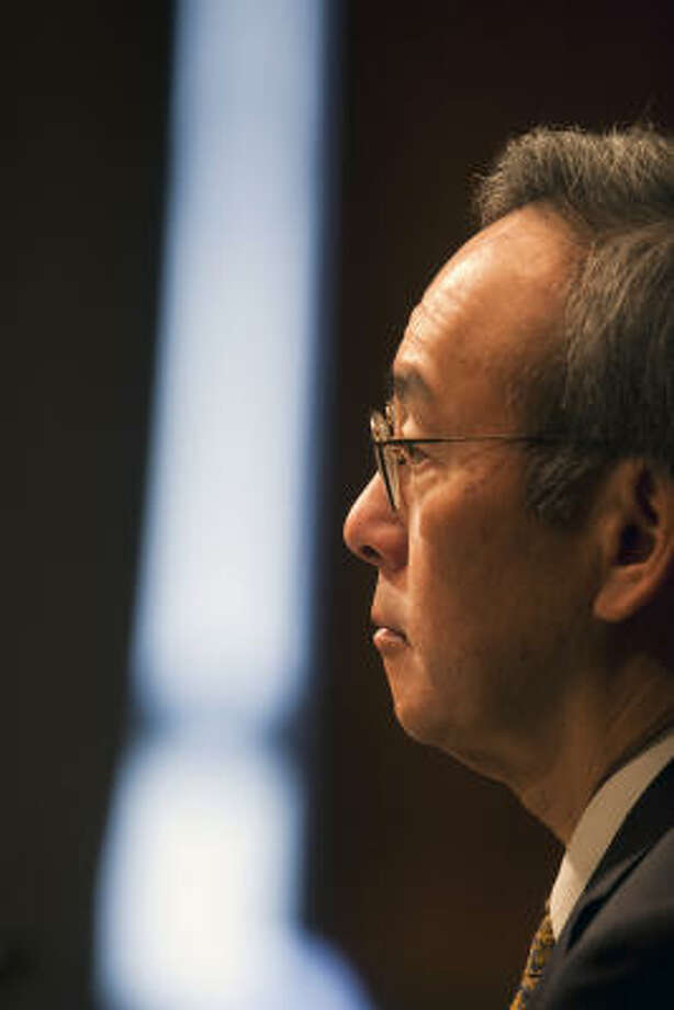 Steven Chu, director of the Lawrence Berkeley National Laboratory in California, testifies at a hearing of the Senate Energy and Natural Resources Committee. Photo: JIM LO SCALZO, Bloomberg News