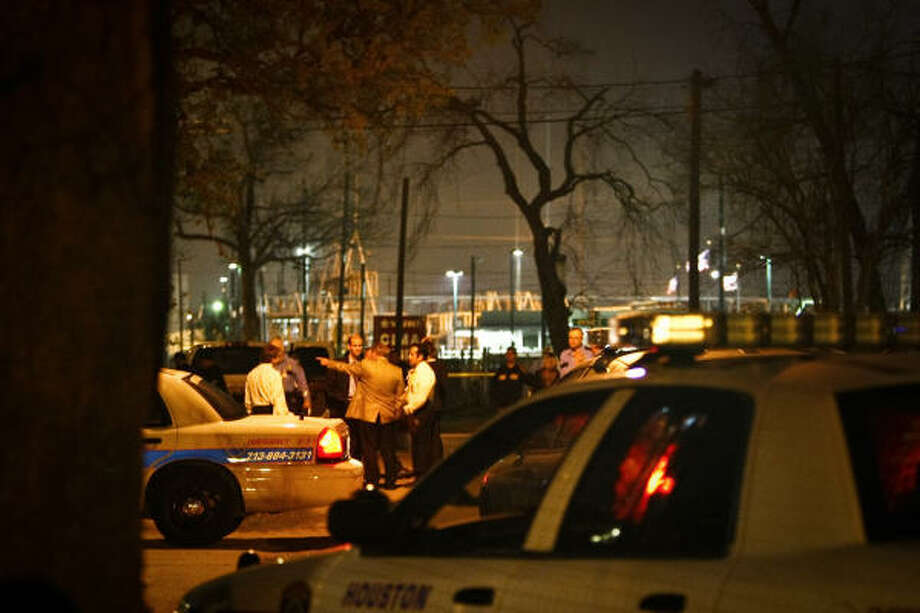 Scene near 9338 East Avenue O where a police officer was shot Thursday night in Houston. Photo: Michael Paulsen, Chronicle