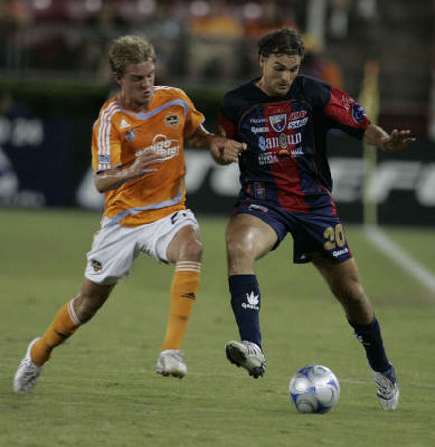Stuart Holden scored the Dynamo's only goal in the team's 1-1 tie with Luis Angel Firpo. Photo: Leonardo Carrizo, Houston Chronicle
