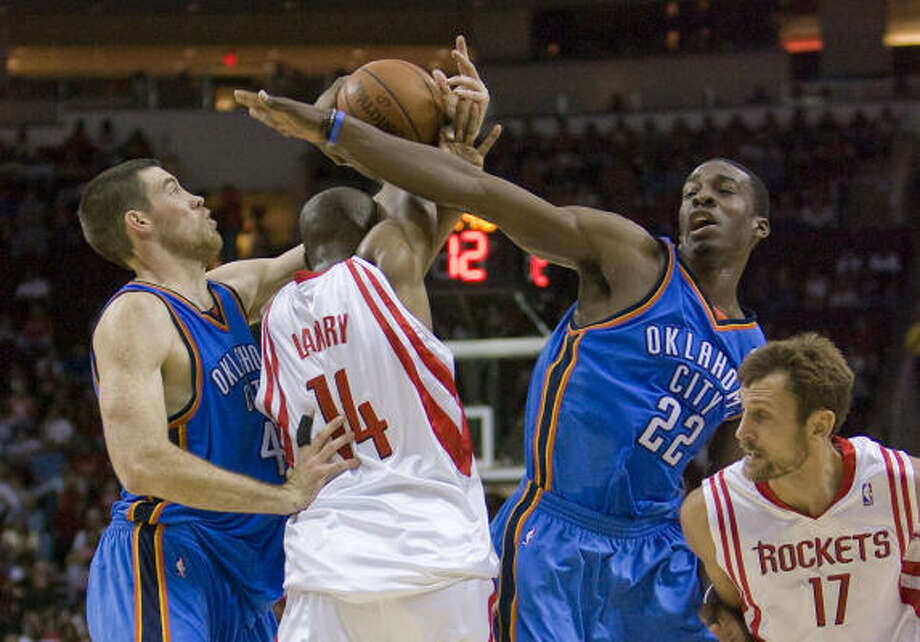Carl Landry fights his way through a double team. Photo: Steve Campbell, Chronicle