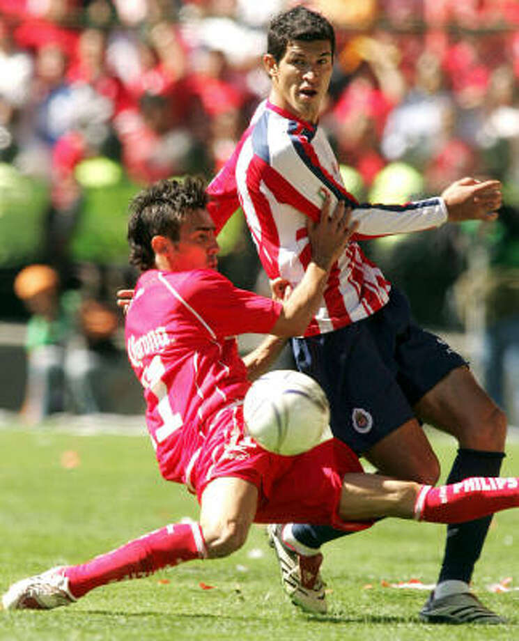 Toluca's Vicente Sanchez battles for the ball with Chivas' Francisco Marquez. Photo: CHRISTIAN PALMA, AFP/Getty Images
