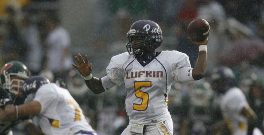 Lufkin quarterback Jeremy Claybon (5) headlines Stephen F. Austin's list of recruits for this fall. Photo: KAREN WARREN, Chronicle