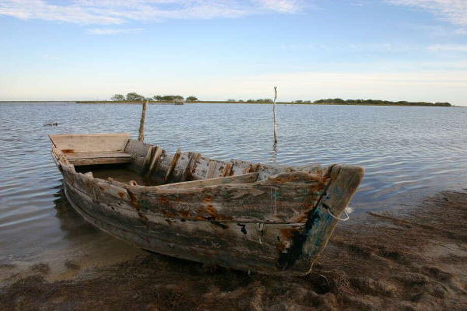 A weathered fishing boat idles along the coast at Playa Carboneras along Mexico's Gulf Coast. Photo: ALTUG S. ICILENSU