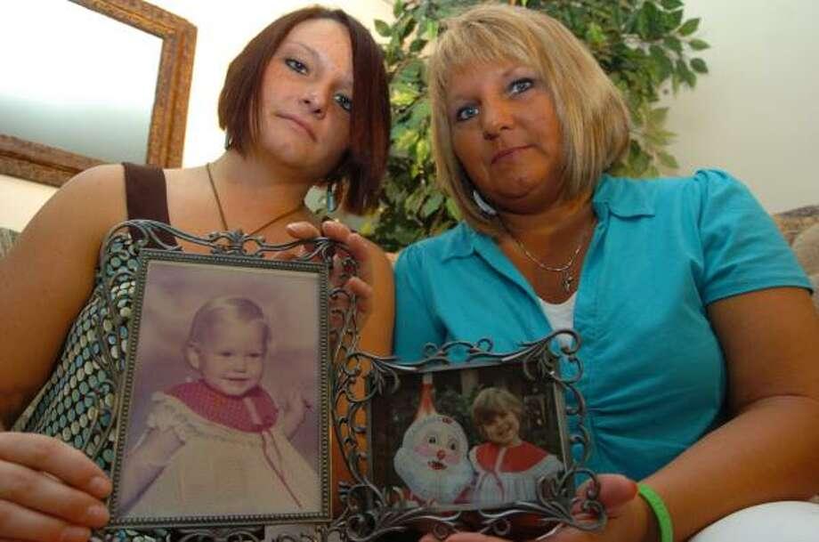 Keisha DeLapp, left, holds a photo of sister Amanda DeLapp, who died in 1984. Alisha, Amanda's mother, holds a photo of Trine Engebretsen, who received Amanda's liver. Photo: MICHAEL DANN, ASSOCIATED PRESS
