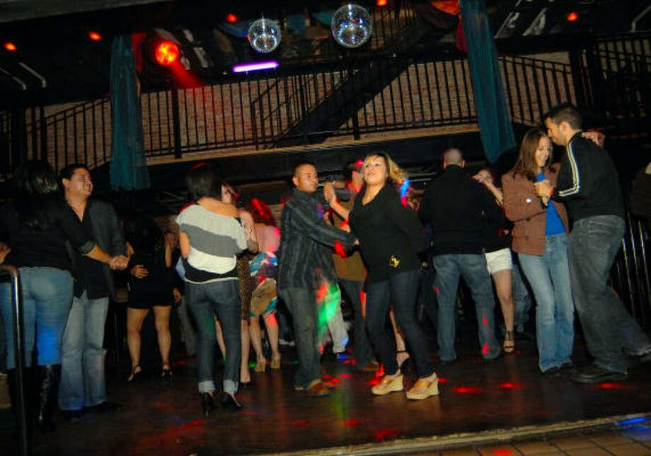 Los grupos de amigos que asisten a este club  bailan con la música a todo volumen. Photo: Tre' Ridings, PARA LA VIBRA