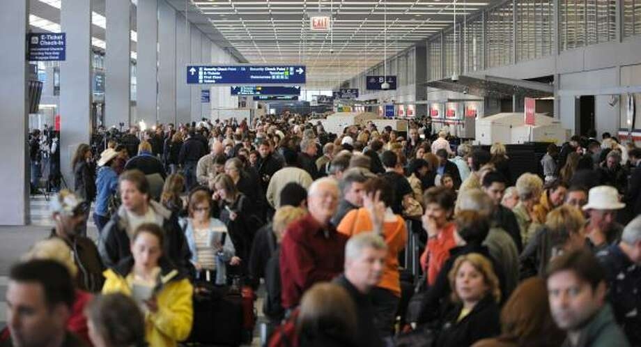 Crowds of passengers wait in line at O'Hare International Airport in Chicago, Wednesday after American canceled hundreds of flights. Photo: Paul  Beaty, AP