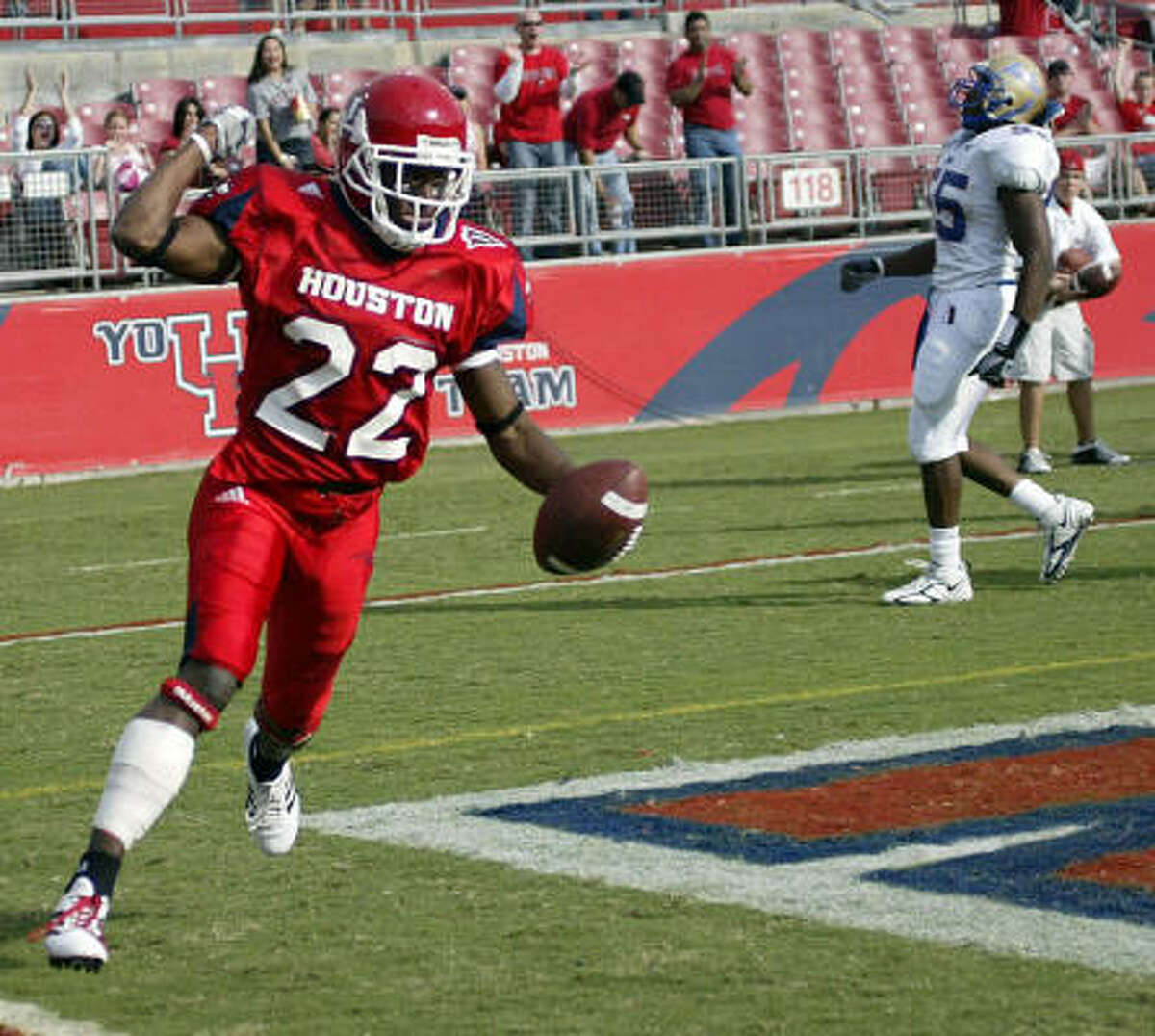 Anthony Alridge's speed, combined with Jackie Battle's strength have helped to give the UH Cougars a versatile running game.