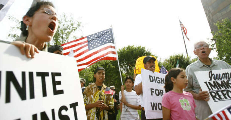 """Rona Smith of La Marque chants during an immigration reform demonstration at the George Thomas """"Mickey"""" Leland federal office building in Houston on Friday. Photo: Nick De La Torre, Chronicle"""