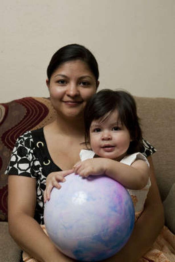 Morena Vega, con su hija, Elizabeth Grace, espera en Houston a que su esposo obtenga el permiso que le permita regresar legalmente a Estados Unidos. Photo: Nathan Lindstrom, Para La Voz