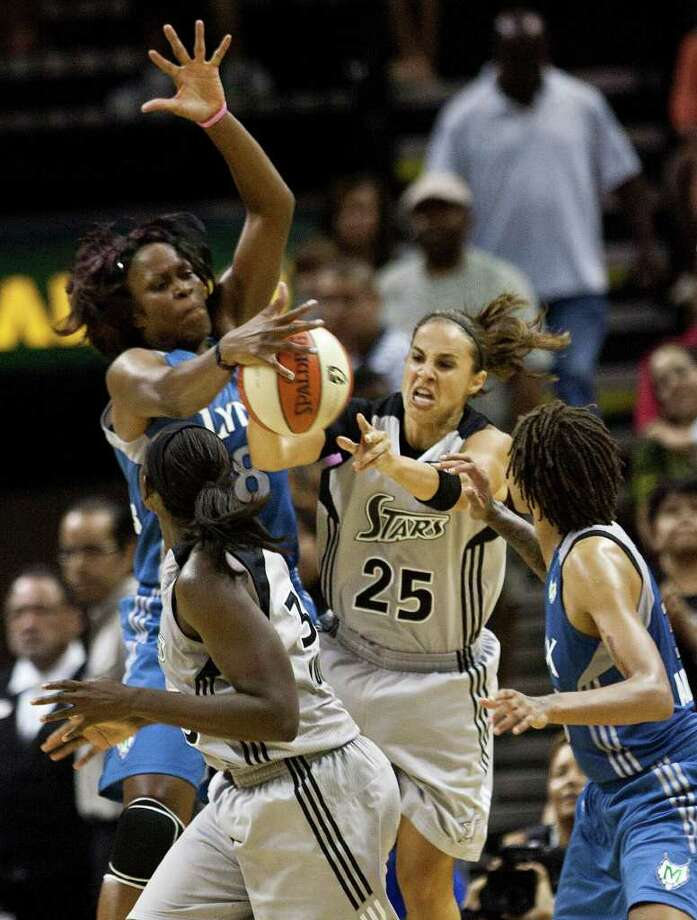 Silver Stars guard Becky Hammon fights against Minnesota's Taj McWilliams-Franklin for a loose ball on Sunday, July 31, 2011, at the AT&T Center. Hammon had 15 points in the Stars' 70-69 loss to the Lynx. Photo: Sally Finneran/sfinneran@express-news.net / © SAN ANTONIO EXPRESS-NEWS