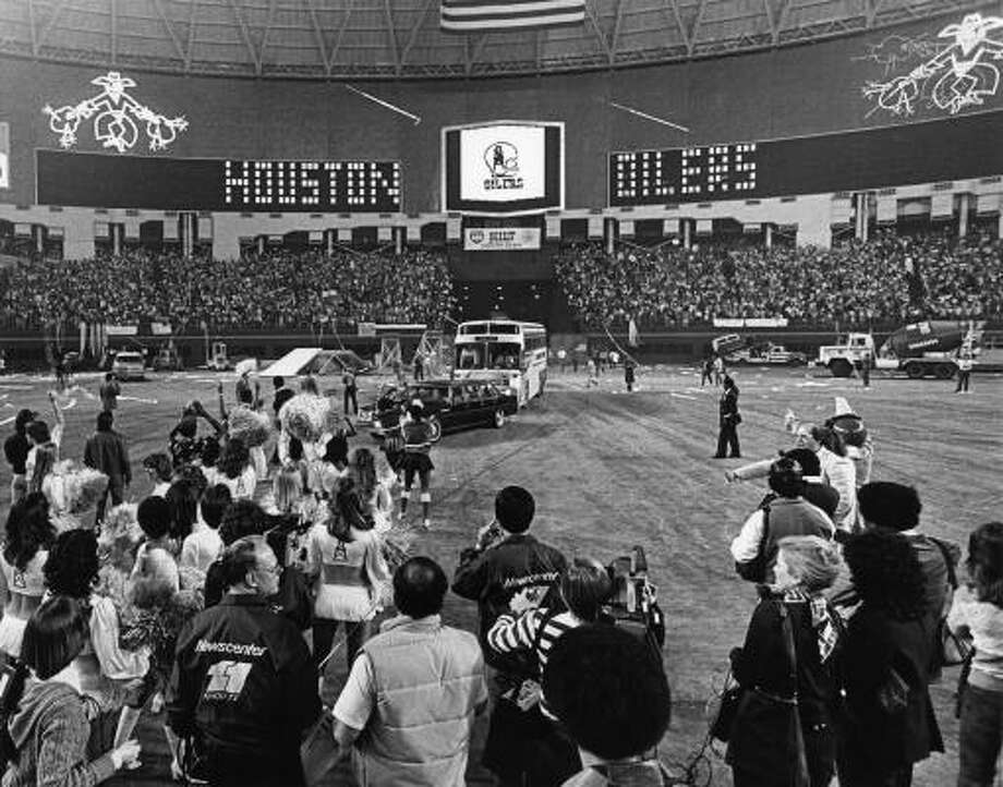 Buses greeted by Houston Oilers' Luv Ya Blue fans in the Astrodome. More than 50,000 Oiler fans packed the dome for a rally after the Oilers lost the AFC title game in Pittsburgh. Photo: David Nance, Houston Chronicle