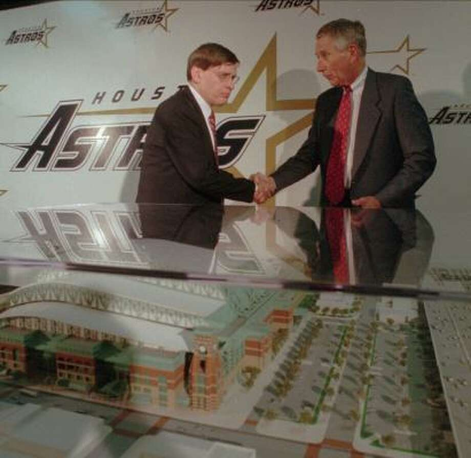 Bud Selig, then acting Major League Baseball commissioner, left, shakes hands with McLane while standing behind a model of Enron Field. Photo: DAVID J. PHILLIP, AP