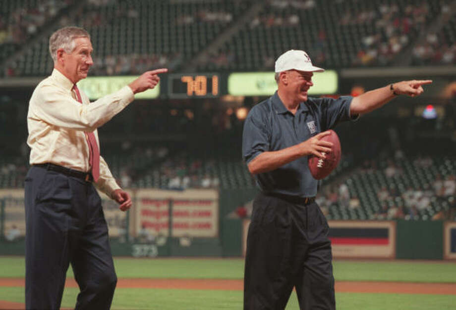 McLane welcomes a new team to town, throwing out a pair of first pitches with Texans owner Bob McNair in 2000, two years before the Texans started playing. Photo: Kevin Fujii, Chronicle