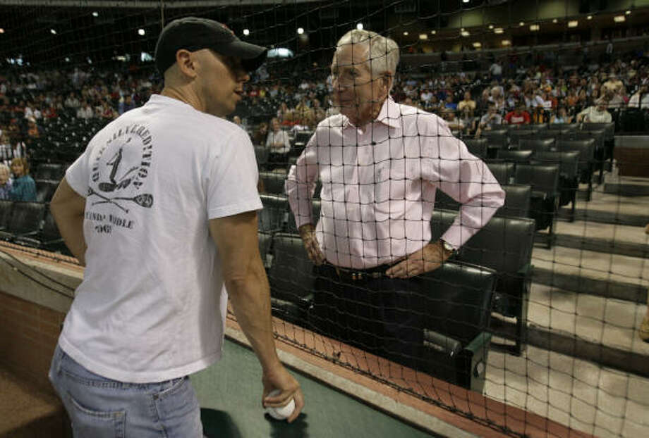 Country singer Kenny Chesney, left, talks with McLane before a game in 2008. Photo: Julio Cortez, Chronicle