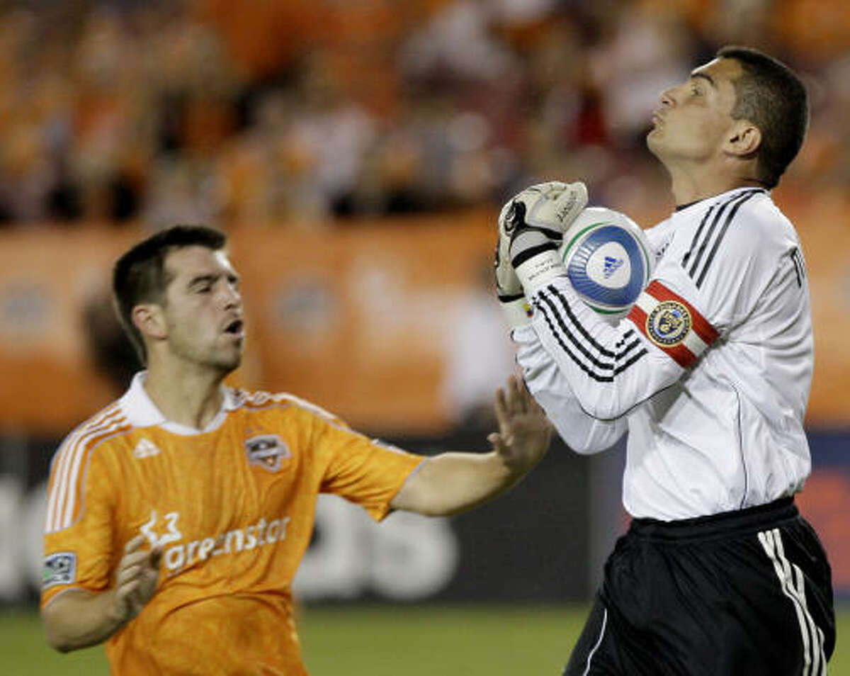 Will Bruin (12) of the Dynamo tries to beat Union goalkeeper Faryd Mondragon.