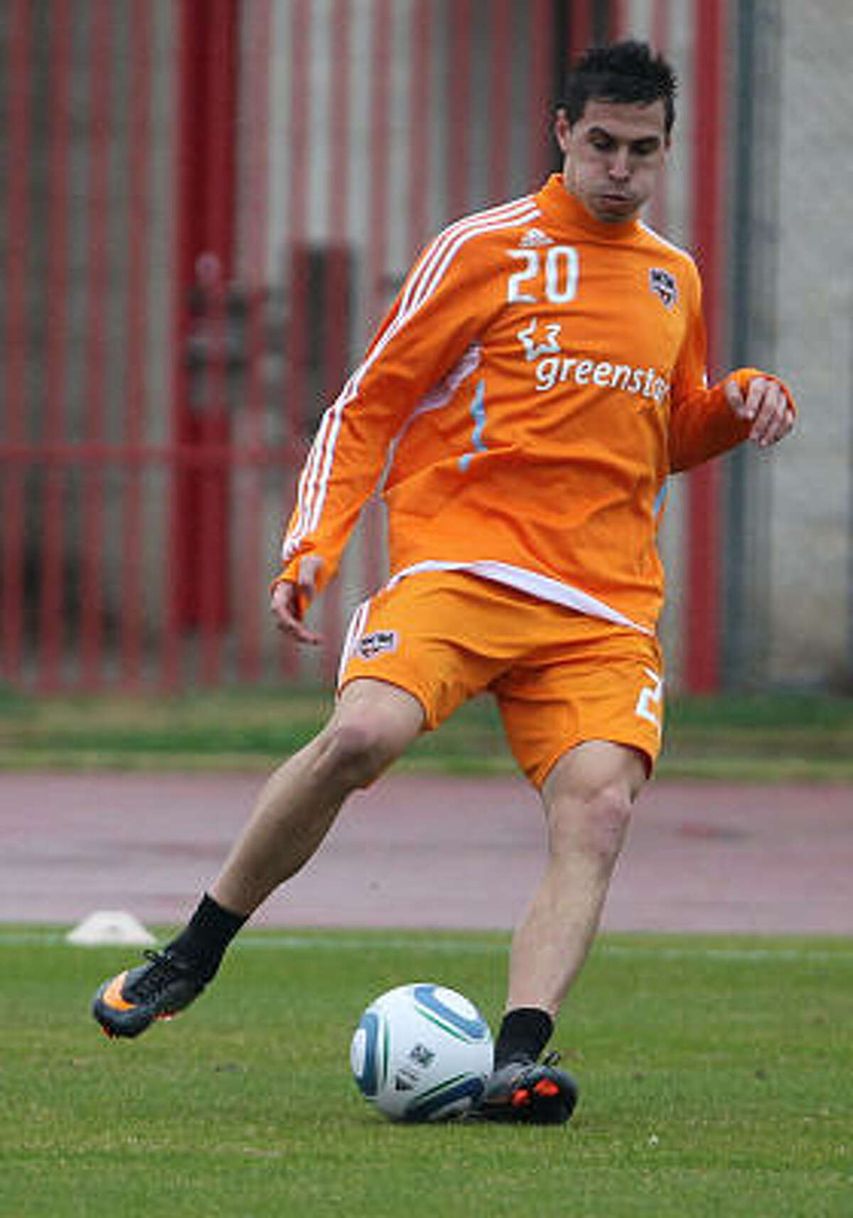 Dynamo midfielder Geoff Cameron kicks the ball during drills.