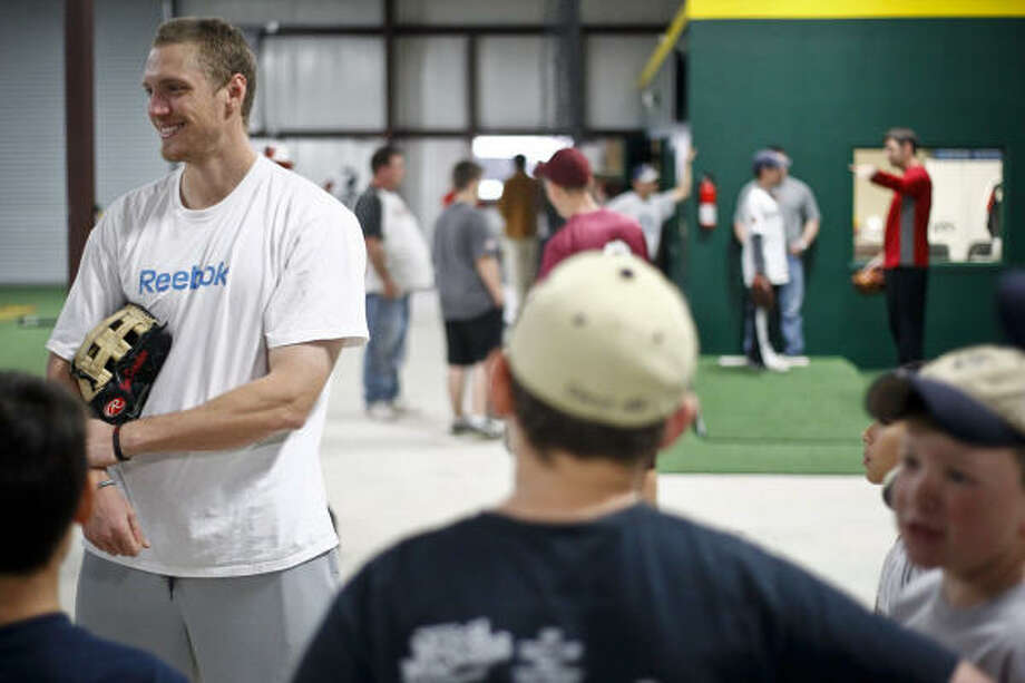 Hunter Pence talks with young baseball players. Photo: Michael Paulsen, Chronicle