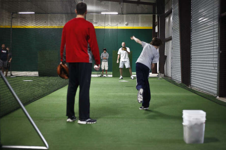 Hunter Pence plays catch with Brandon Ivey, 14, while in the batting cage. Photo: Michael Paulsen, Chronicle