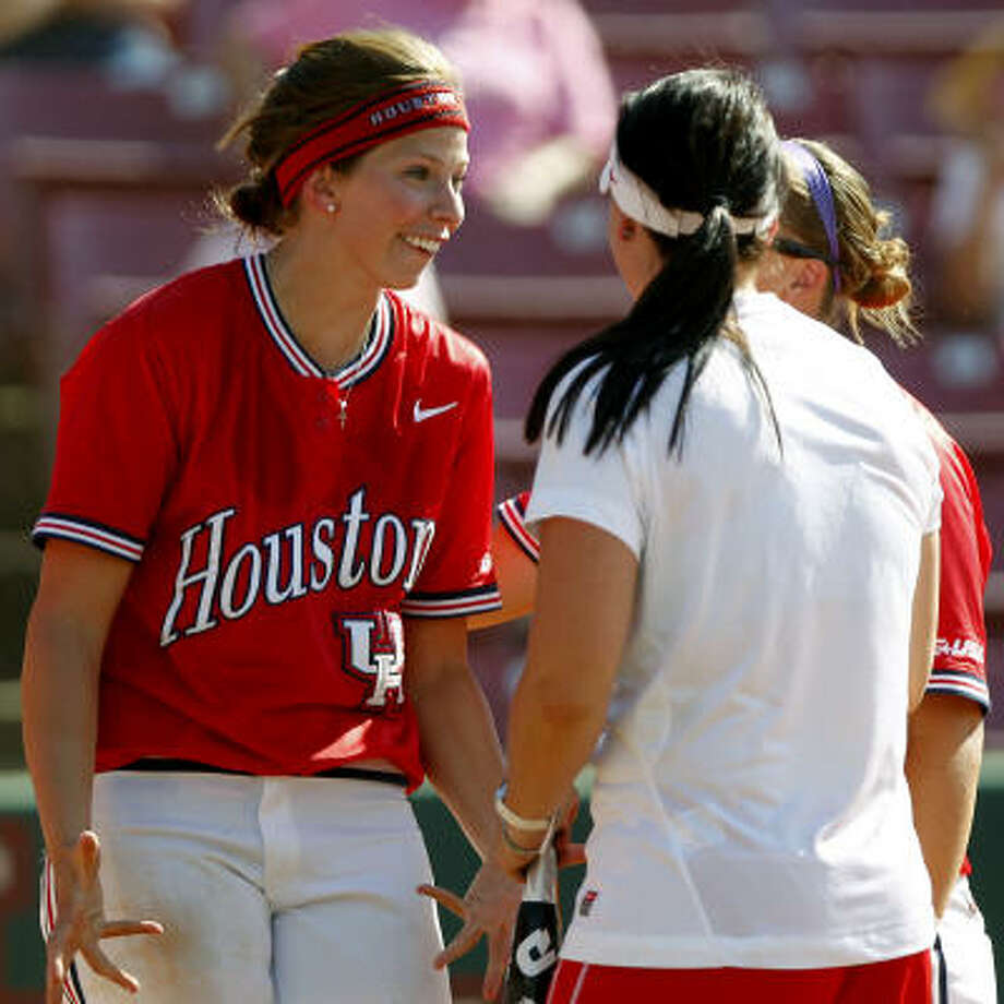 Senior pitcher Amanda Crabtree, left, is UH's ace with a 21-8 record and 0.93 ERA. Photo: Cody Duty, Chronicle