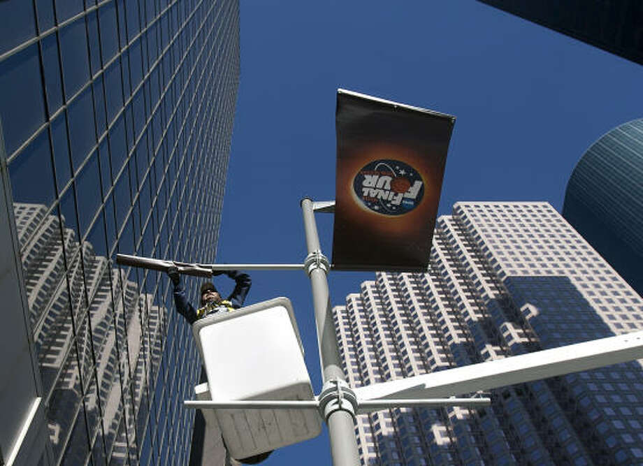 Work crews get ready for the Final Four's arrival in Houston next month. Photo: Cody Duty, Chronicle