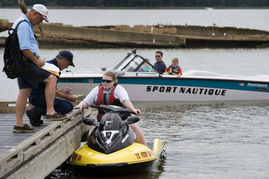 A bill in the Texas Legislature takes aim at reducing Texas' high number of boating-related accidents by requiring people born after Sept. 1, 1993, to pass a state-approved safety course before operating a motor-powered boat. Photo: Smiley N. Pool, Chronicle