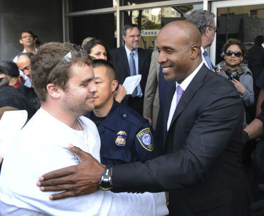 Barry Bonds greets a supporter while leaving the federal courthouse in San Francisco on Wednesday. Photo: Noah Berger, AP