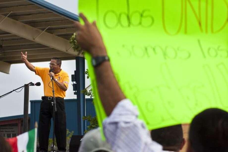 Líderes hispanos hablaron durante la marcha del 1 de mayo en Houston después de que la Greater Houston Civic Coalition educara a los asistentes sobre el proceso de rediseño de los distritos. Photo: Eric Kayne, Para La Voz