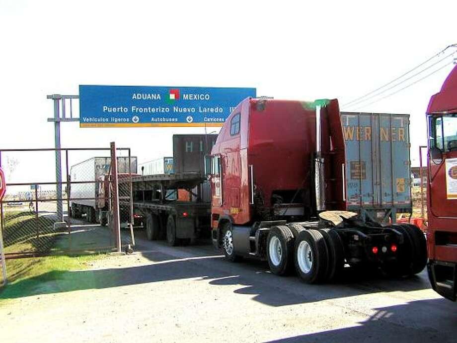 El comercio binacional por los dos puentes de Laredo fue de 121,000 millones de dólares en 2010. Photo: RICARDO SANTOS, PARA EL HOUSTON CHRONICLE