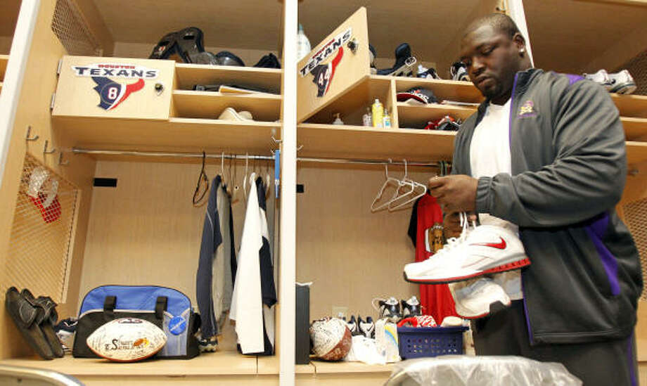 Vonta Leach, an unrestricted free agent, cleans out a locker he hopes will be his next season. Photo: Melissa Phillip, Chronicle