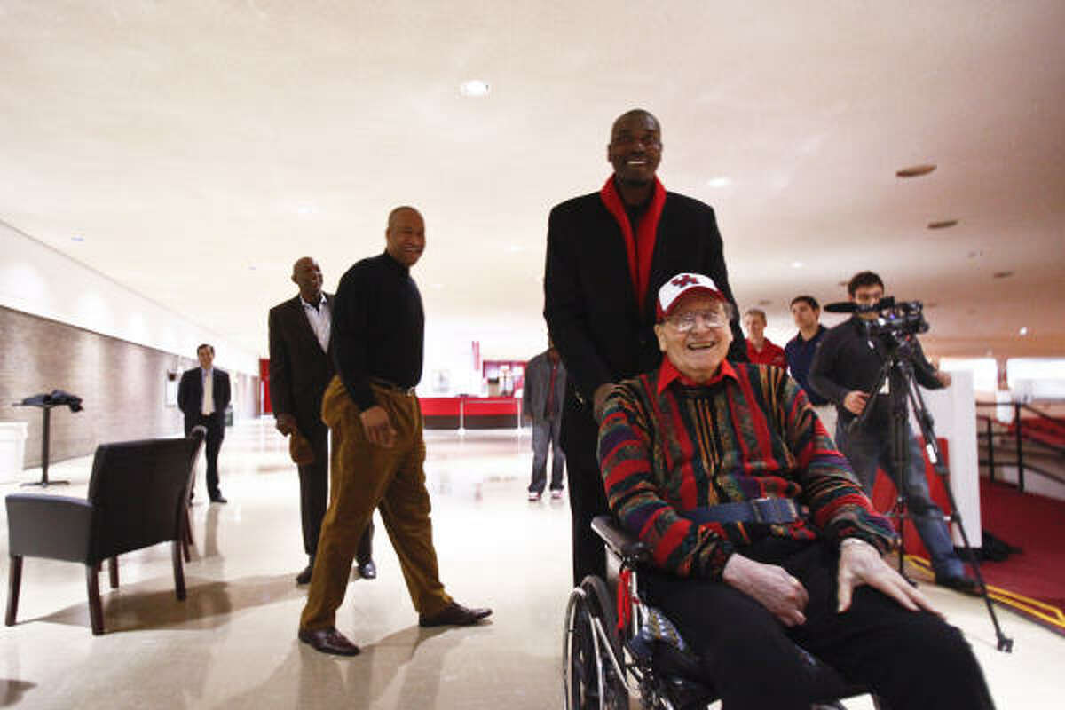 There were smiles all around as coach Guy V. Lewis, Hakeem Olajuwon and other stars of the Phi Slama Jama era came to Hofheinz Pavilion in January for a photo shoot that turned into a rare reunion.