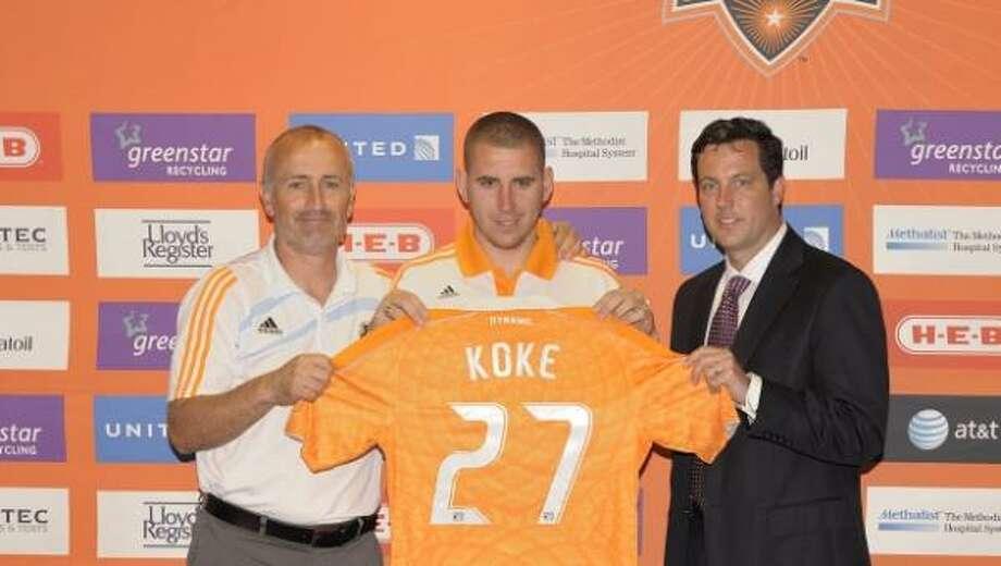 Koke, en el centro, posa con su nueva camiseta junto al técnico Dominic Kinnear (izq.) y el preseidente del Dynamo, Chris Canetti. Photo: Wilf Thorne, Gentileza Houston Dynamo